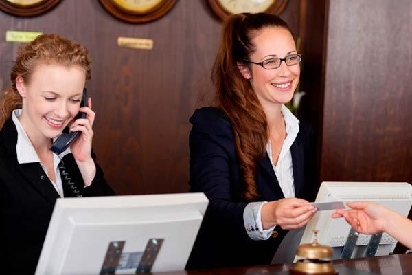 Trabajadoras en la recepción de un hotel