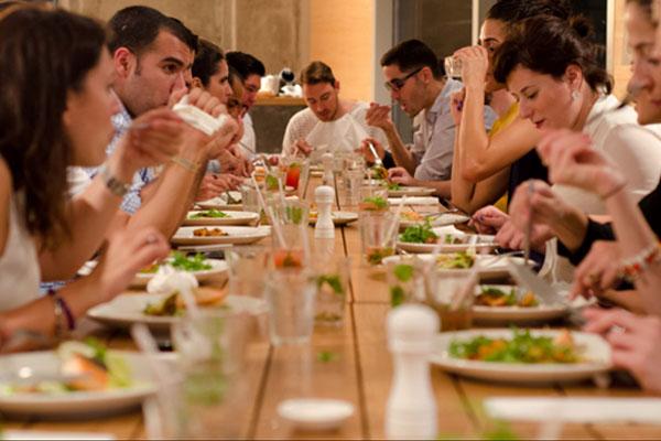 Consejos para comportarte durante una comida o cena de empresa