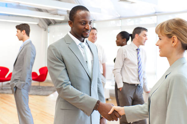 Crear una red de contactos puede ayudarte al buscar un trabajo
