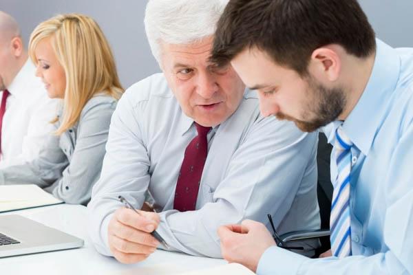 No siempre es fácil aceptar órdenes de un jefe más joven que nosotros